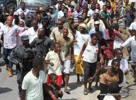 Arcahaie Haiti - Pep la antoure President Martelly en route pou Inauguration Pont Riviere Courjolle la