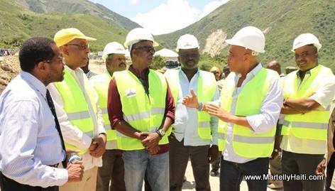 President Martelly discutant avec les ingenieurs - Construction barrage Riviere Grise