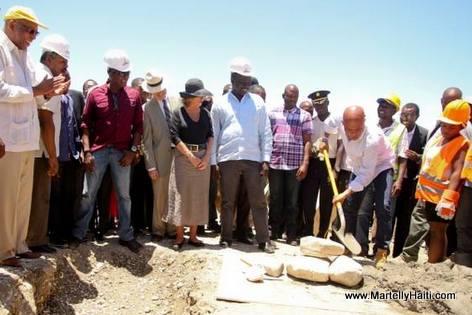 President Martelly posant la Premiere Pierre dans le cadre des travaux de construction du barrage de la Riviere Grise