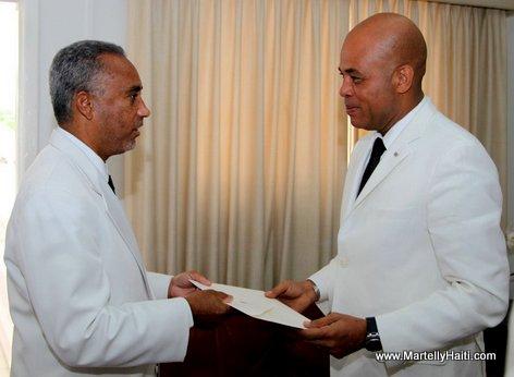Ambassadeur Paul ROBOTHAM de la Jamaique remettant ses lettres de creance au President Michel Martelly