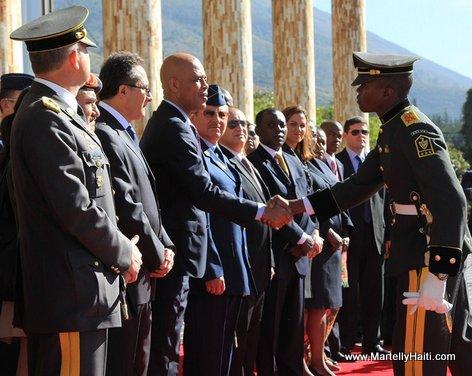 Dimitri Herard, cadet de l'Ecole superieure militaire Eloy Alfaro (Equateur), saluant President Michel Martelly