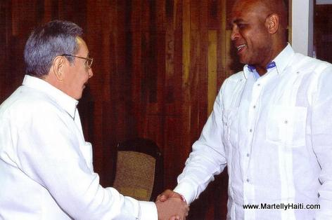 Presidents Michel Martelly and Raoul Castro shaking hands
