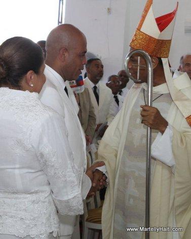 Monseigneur Guire Poulard saluant President Michel Martelly et Premiere Dame Sophia Martelly