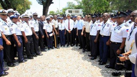 President Michel Martelly au milieu des agents de la Garde-cote haitienne