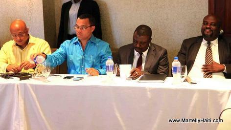 Les 4 représentants de l'exécutif à la table de discussion lors de la rencontre avec les Sénateurs.