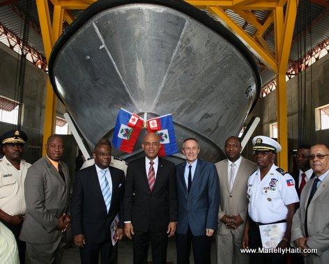 President Michel Martelly devant une rampe ou l'on assure l'entretien des bateaux