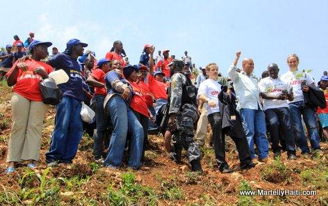 President Michel Martelly en compagnie des partenaires impliques dans ce Projet pilote de reboisement des ravines