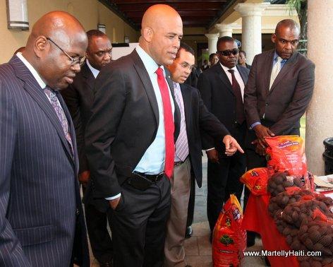 President Michel Martelly en compagnie du Directeur general du SMCRS