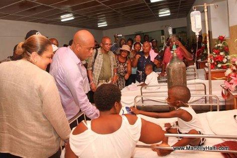 Inauguration Hopital OFATMA des Cayes Haiti, President Martelly ap pale ak yon ti patien nan lopital la