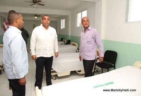 President Martelly andedan yon chanm nan Lopital OFATMA de Cayes Haiti