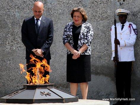 President Michel Martelly et Premiere Dame Sophia Martelly se reccueillant devant la flamme eternelle