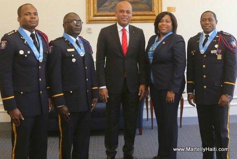 President Martelly posant avec les quatre gradués Haitiens du College Interamericain de Defense (CID)