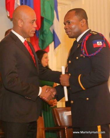 President Martelly ak yon nan Haitien ki fek gradue nan College Interamericain de Defense (CID)