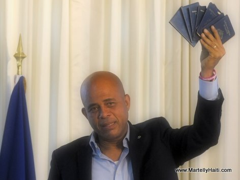 Haiti - President Michel Martelly presente son passeport