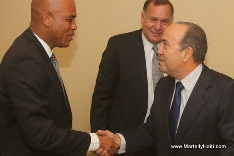 Des hommes d 'affaires panameens accueillant President Michel Martelly