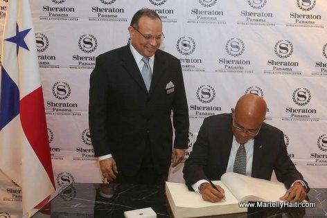 Panama - President Michel Martelly signant le livre d 'or de l 'hotel Sheraton