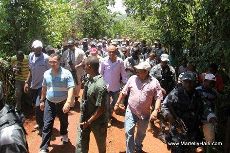President Michel Martelly marche dans une ambiance festive pour se rendre dans l'aire d'atterrissage au village de Beaumont