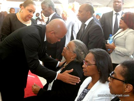 Haiti - President Martelly ap salue veuve Mirlande Manigat nan Funerailles nationale mari li, Leslie Manigat