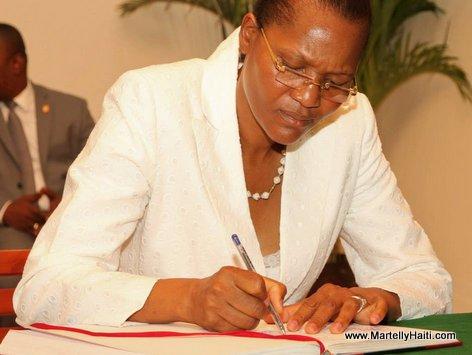 Haiti - Juge Wendelle Coq signe le Procès verbal de la cérémonie