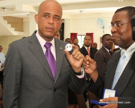 President Michel Martelly recevant la Medaille commemorative du tri-cinquantenaire des Archives Nationales d'Haiti
