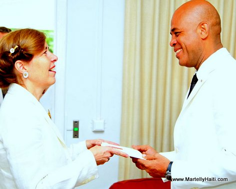 President Michel Martelly recevant les lettres de creance de l'Ambassadeur Susanne R. HAEKKERUP du Danemark. HAEKKERUP du Danemark