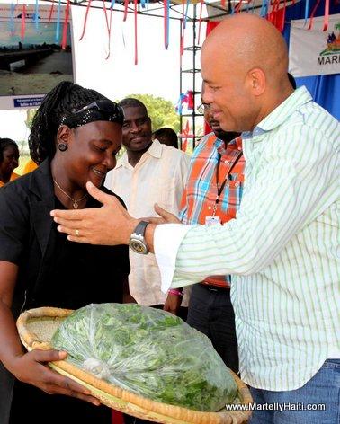 President Michel Martelly recevant un present d'une cultivatrice