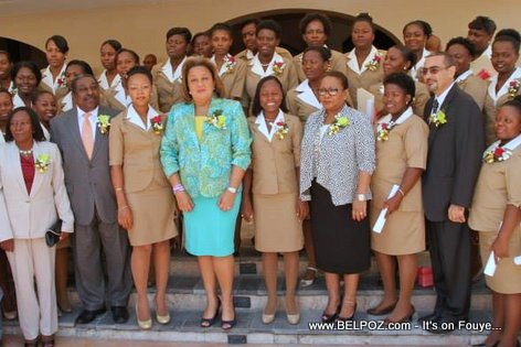 PHOTO: Sophia Martelly avec les graduees de l'Institut National Superieur de Formation des Sage-Femmes (INSFS)