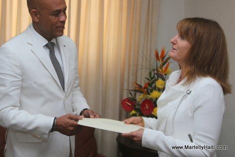 President Martelly recevant les lettres de cre ance du Nouvel Ambassadeur de la Nouvelle Ze lande, Caroline Beresford