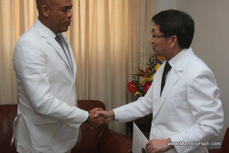 Haiti President Martelly recevant les lettres de cre ance du Nouvel Ambassadeur de la Core e du Sud, M. Oh Han-gu. Oh Han-gu
