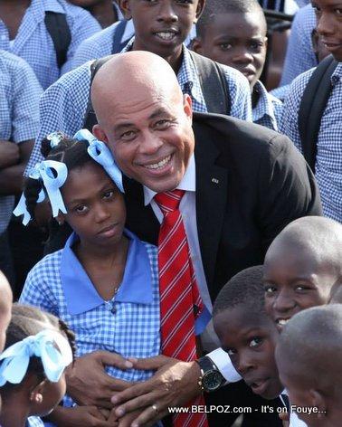 PHOTO: Haiti - President Martelly ak elèv lekol yo...